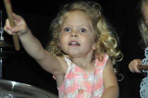 Hollyde klein meisje op drumstel